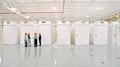 This image depicts a dry storage facility at a nuclear power plant where used nuclear fuel is stored in large containers.